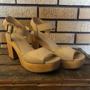 Women's size 9.5 Kelsi Dagger Wood Chunky Heel